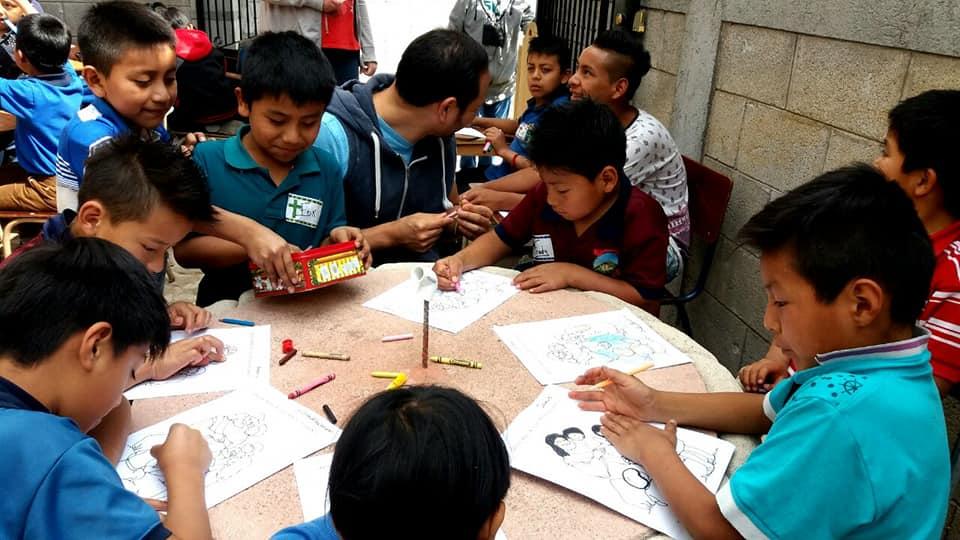 Voluntario con niños indígenas en Guatemala